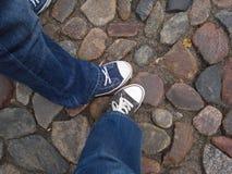 Twee vrienden in de Oude Stad van Kaunas Stock Foto's