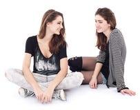 Twee vrienden die aan elkaar spreken. Royalty-vrije Stock Afbeeldingen