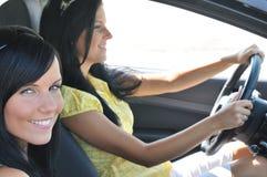 Twee vrienden die in auto drijven Stock Afbeeldingen