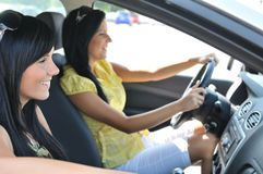 Twee vrienden die in auto drijven Royalty-vrije Stock Foto's