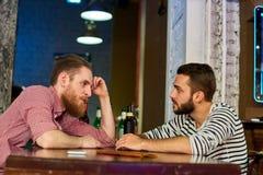 Twee Vrienden die in Bar spreken stock afbeelding