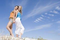 Twee vrienden die bij strand ontspannen Royalty-vrije Stock Afbeeldingen