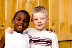 Twee vrienden die buiten spelen Stock Foto's