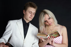 Twee vrienden die een boek lezen Stock Fotografie