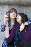 Twee vrienden die een ontploffing met een telefoon hebben royalty-vrije stock foto's