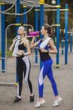 Twee vrienden die na sport rusten Royalty-vrije Stock Afbeeldingen