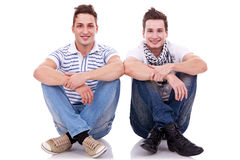 Twee vrienden die naast elkaar zitten Stock Fotografie
