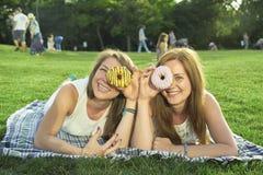 Twee vrienden die op het gazon liggen royalty-vrije stock fotografie