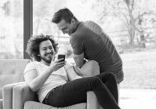 Twee vrienden die op video letten Royalty-vrije Stock Fotografie