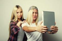 twee vrienden die van hipstermeisjes selfie met digitale tablet, s nemen Royalty-vrije Stock Foto