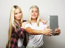 twee vrienden die van hipstermeisjes selfie met digitale tablet, s nemen Royalty-vrije Stock Fotografie