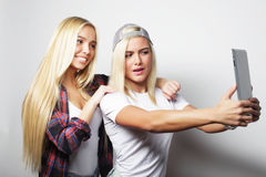 twee vrienden die van hipstermeisjes selfie met digitale tablet, s nemen Stock Afbeelding