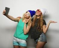 Twee vrienden die van hipstermeisjes selfie nemen Royalty-vrije Stock Foto