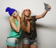 Twee vrienden die van hipstermeisjes selfie nemen Stock Foto's
