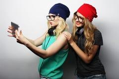 Twee vrienden die van hipstermeisjes selfie nemen Royalty-vrije Stock Afbeelding