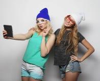 Twee vrienden die van hipstermeisjes selfie nemen Stock Fotografie