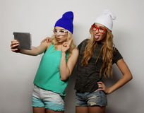 Twee vrienden die van hipstermeisjes selfie nemen Stock Afbeeldingen
