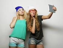 Twee vrienden die van hipstermeisjes selfie nemen Stock Afbeelding