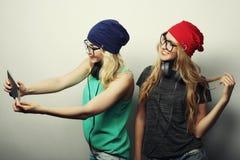 Twee vrienden die van hipstermeisjes selfie nemen Royalty-vrije Stock Afbeeldingen