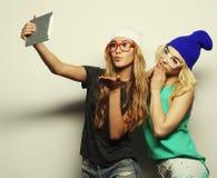 Twee vrienden die van hipstermeisjes selfie nemen Royalty-vrije Stock Foto's