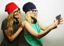 Twee vrienden die van hipstermeisjes selfie nemen Royalty-vrije Stock Fotografie