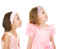 Twee vrienden in een roze kleden omhoog het kijken stock foto