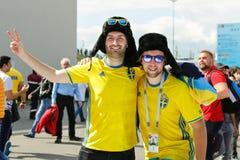 Twee vrienden het steunen van de voetbalteam van Zweden stock afbeeldingen