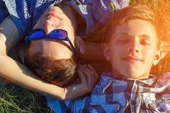 Twee vrienden liggen op het gras royalty-vrije stock foto
