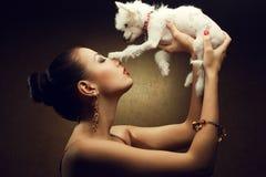 Twee vrienden: modieus model met haar puppy Stock Fotografie