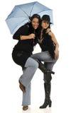 Twee vrienden onder paraplu Stock Afbeeldingen