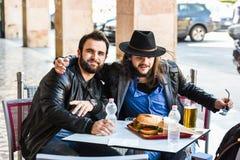 Twee vrienden/toeristen eten buiten in open Royalty-vrije Stock Afbeeldingen