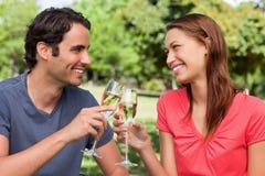 Twee vrienden wat betreft hun glazen samen in viering Royalty-vrije Stock Foto's