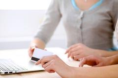 Twee vrienden of zusters die het online winkelen maken door creditcard Stock Foto's