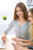Twee vrienden of zusters die online het winkelen maken door creditcard Vriendschap, familiebedrijf of Internet-het surfen concept Royalty-vrije Stock Afbeeldingen