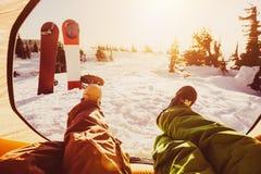 Twee vriendensnowboarders die bij tent ontspannen Stock Afbeelding