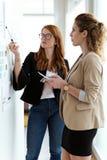 Twee vrij jonge bedrijfsvrouw die in het bureau werken royalty-vrije stock foto's