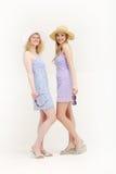 Twee vrij jonge vrienden klaar gaan winkelend Stock Foto's