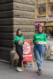 Twee vrijwilligers bij het Stadhuis van Melbourne voor federale verkiezing Stock Foto