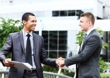 Twee vrolijk zakenmanhandenschudden stock foto