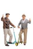 Twee vrolijke bejaarden met autopedden het geven beduimelt omhoog Stock Fotografie