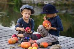 Twee vrolijke pompoenen van Halloween van de jongensverf kleine Royalty-vrije Stock Foto