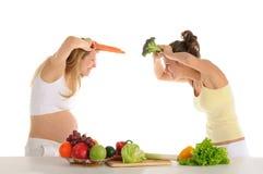 Twee vrolijke vrienden met vruchten en groenten Stock Afbeeldingen
