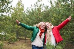 Twee vrolijke vrouwen op de aard Stock Foto