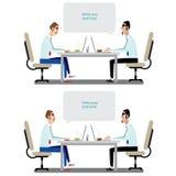 Twee vrolijke zakenlieden die over zaken spreken terwijl één van hen die computermonitor richten Stock Afbeeldingen