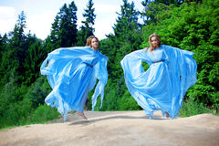 Twee vrouw, tweelingen in het bos Royalty-vrije Stock Fotografie