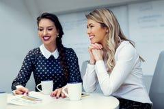Twee vrouwelijke collega's in bureau stock afbeelding