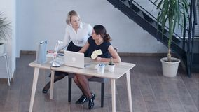 Twee vrouwelijke collega's die in bureau spreken Royalty-vrije Stock Foto