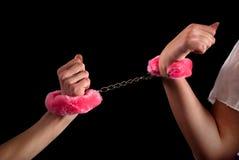 Twee vrouwelijke die handen met handcuffs worden gebonden royalty-vrije stock afbeeldingen