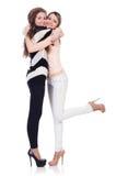 Twee vrouwelijke geïsoleerde vrienden Stock Afbeeldingen