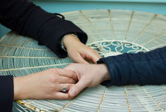 twee vrouwelijke hand en één mannelijke hand Stock Fotografie